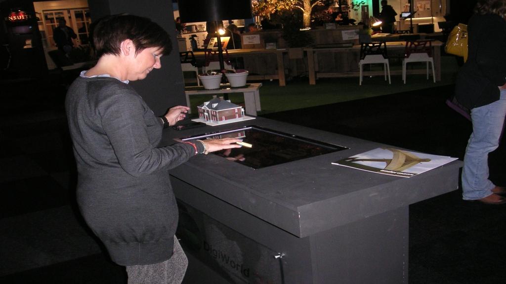 Interactieve 3D tafel in gebruik op beurs